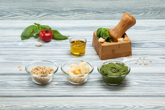 Sauce pesto au basilic italien traditionnel et ses ingrédients gros plan selective focus