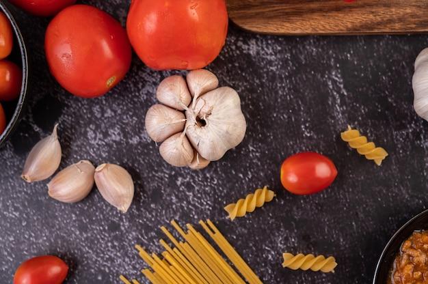 Sauce pour faire sauter des spaghettis ou des macaronis sautés sur une assiette noire.