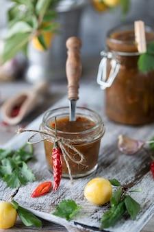 Sauce de prunes jaunes fraîches dans un bocal en verre. prune jaune prune fraîche. sauce maison en pots de verre. tkemali.