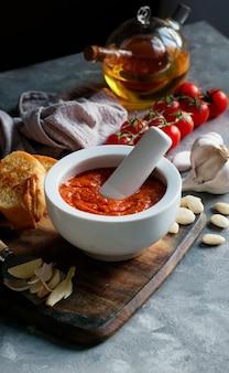 Sauce romesco, typique de la catalogne, en espagne