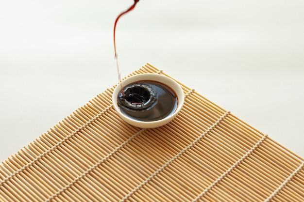 Sauce de soja sur une serviette en bambou