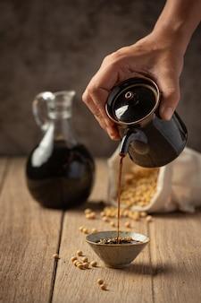 Sauce de soja et soja sur plancher en bois sauce soja concept de nutrition alimentaire.