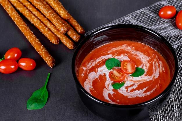 Sauce soupe tomate rouge à l'huile d'olive sur un fond en bois.