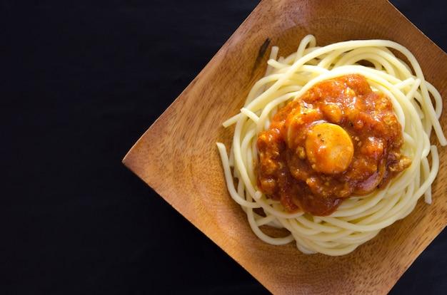 Sauce spaghetti rouge au ton foncé de poulet