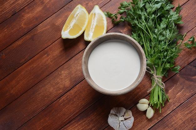 Sauce tahini dans un bol avec du persil