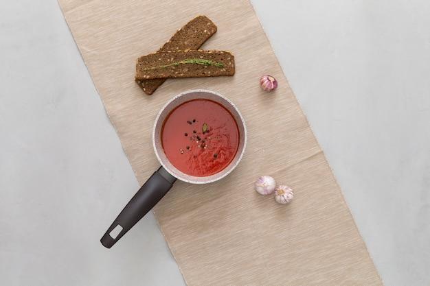 Sauce tomate dans une casserole, des collations et de l'ail