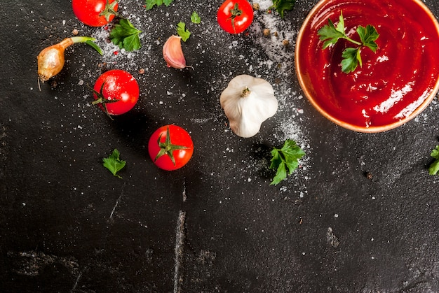 Sauce tomate ou ketchup avec des ingrédients