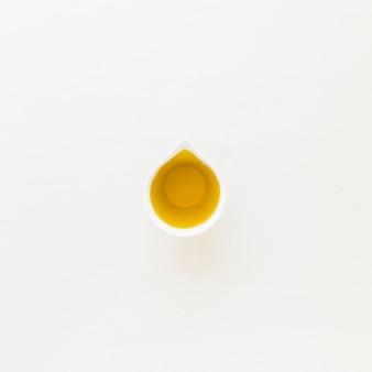 Sauceboat avec de l'huile sur fond blanc