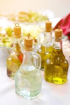 Sauces et huile pour les légumes sur la table du buffet.