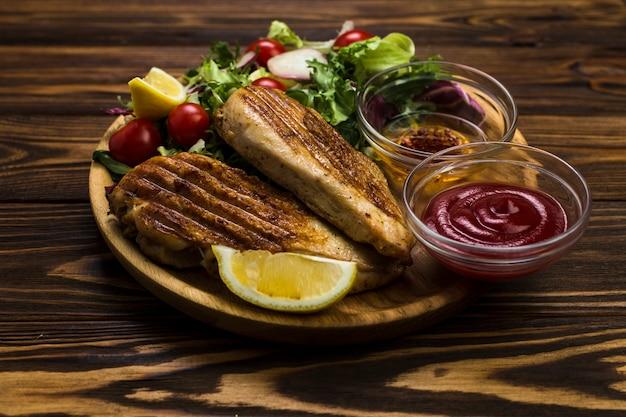 Sauces près de poulet frit et salade