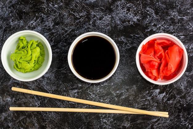 Sauces à sushi serties de baguettes