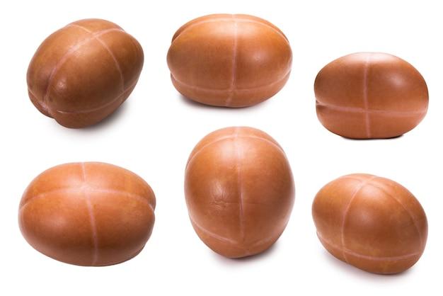 Saucisse bouillie isolée sur une surface blanche