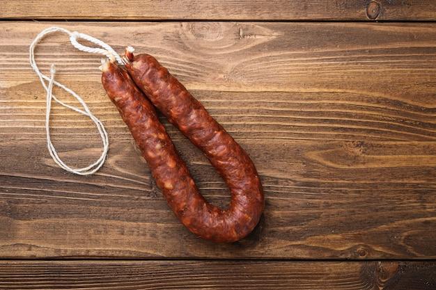 Saucisse bratwurst chorizo épicé sur table en bois