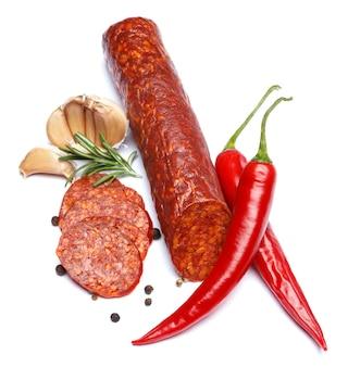 Saucisse chorizo espagnole sur surface blanche