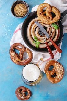 Saucisse frite avec de la bière et des bretzels