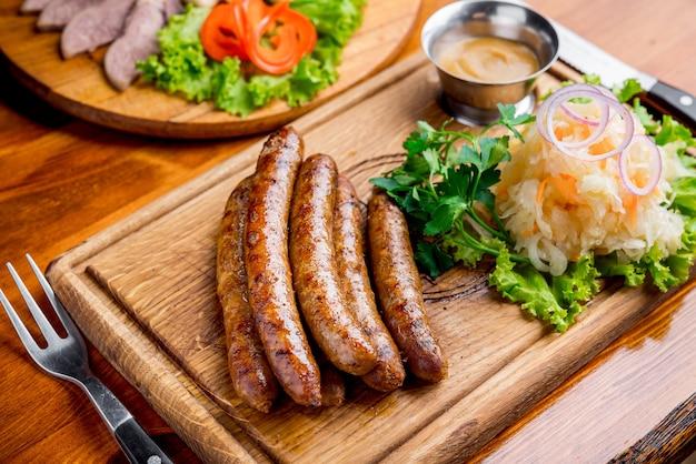 Saucisse frite avec choucroute et sauce moutarde
