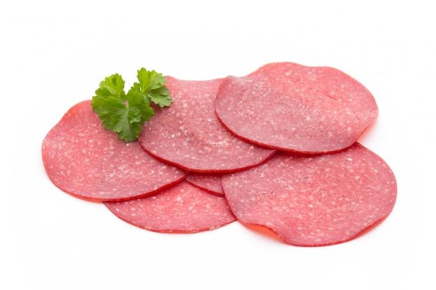 Saucisse fumée au salami une tranche isolée sur la découpe de fond blanc.