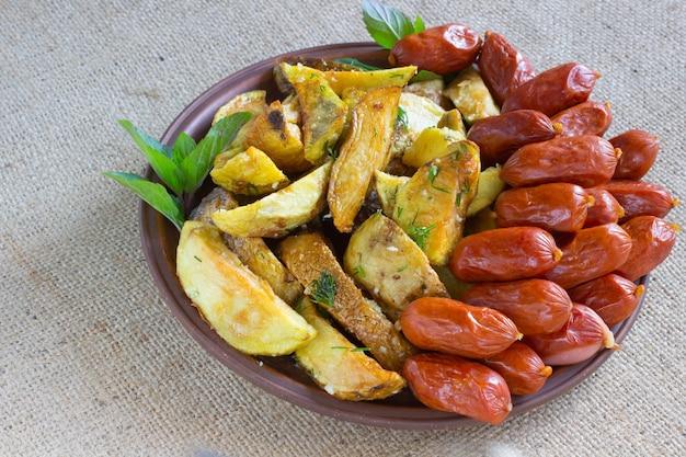 Saucisse fumée et frites sur l'assiette