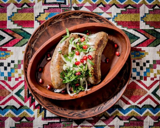 Saucisse grillée dans un pot en argile. restaurant géorgien.
