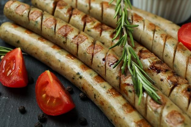 Saucisse grillée et épices sur plateau noir