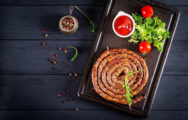 Saucisse maison cuite au four sur une planche de bois. jour de thanksgiving.