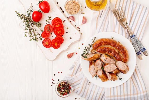 Saucisse maison cuite au four sur une plaque blanche. jour de thanksgiving. vue de dessus