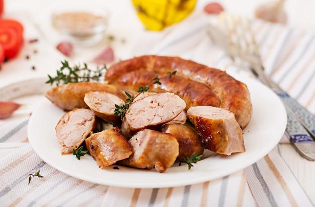 Saucisse maison cuite au four sur une plaque blanche. jour de thanksgiving.
