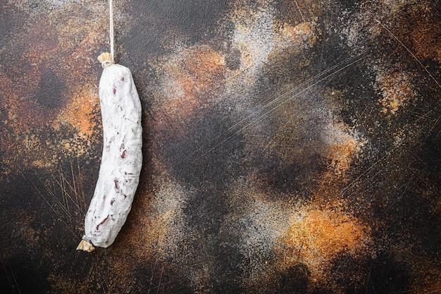 Saucisse de salami de salchichon sur le vieux metall
