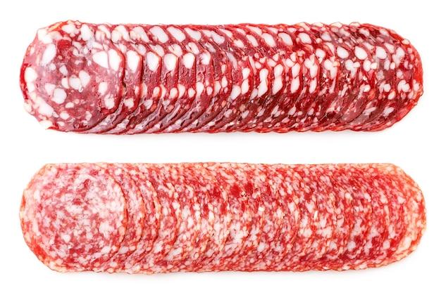Saucisse de salami en tranches agrandi sur fond blanc, isolé. la vue d'en haut