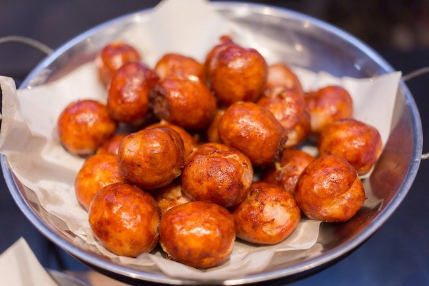 La saucisse thaïlandaise isaan saucisse est un aliment typique du nord-est et du nord de la thaïlande