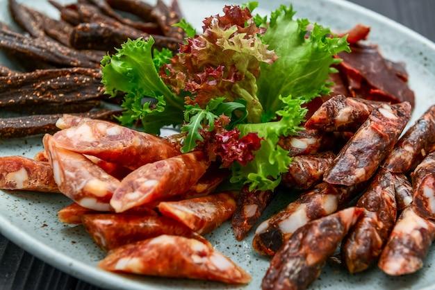 Saucisse traditionnelle séchée à sec et séchée sur une assiette