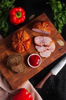 Saucisse de viande sur une planche avec sauce