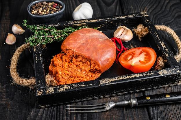 Saucisse de viande de porc salée sobrassada de majorque dans un plateau en bois