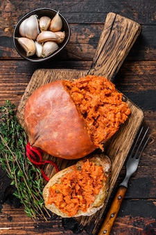 Saucisse de viande de porc séchée sobrassada sur tranche de pain
