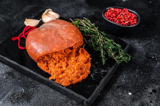 Saucisse de viande salée sobrassada des baléares à base de porc haché, de paprika et d'épices