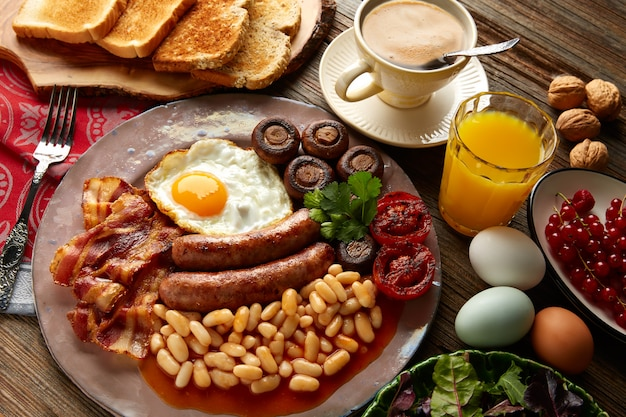 Saucisses anglaises œuf haricots bacon