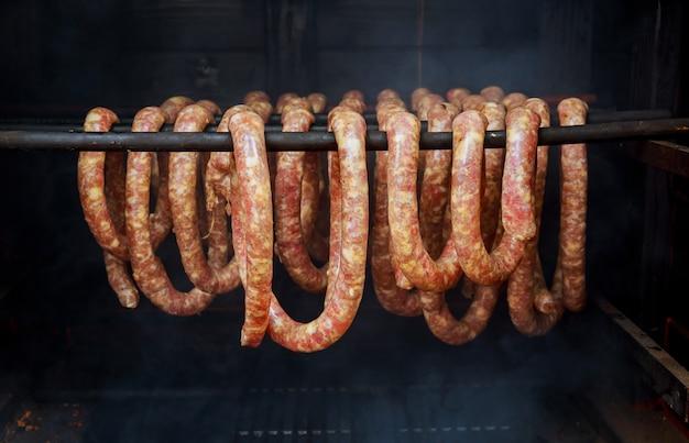 Saucisses et bacon fumés fumeur en forme de tonneau