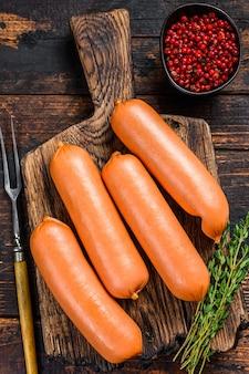 Saucisses barbecue crues bratwurst de viande de porc sur une planche à découper.