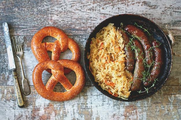 Saucisses bavaroises et choucroute dans une casserole.