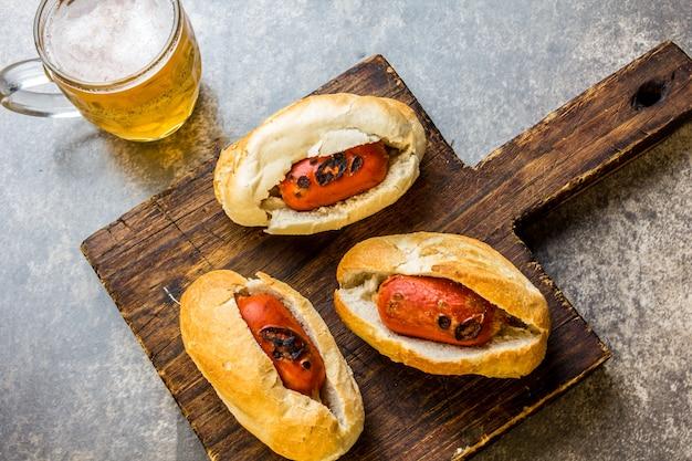 Saucisses de bière en petits pains et chopes de bière