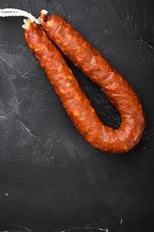 Saucisses Chorizo Traditionnelles Sur Fond Noir Photo Premium