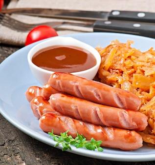 Saucisses et chou frit