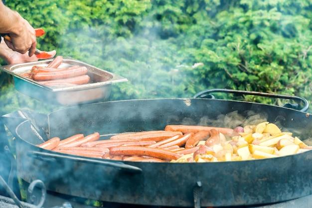 Saucisses cuisson sur le gril. fête du barbecue