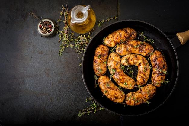 Saucisses diététiques à base de filet de dinde et champignons dans une poêle