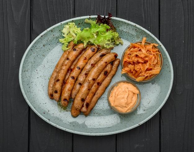 Saucisses frites bavaroises sur choucroute