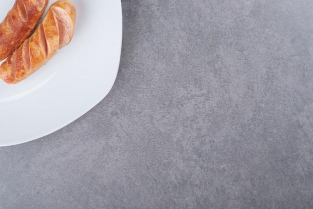 Saucisses frites dans une assiette blanche