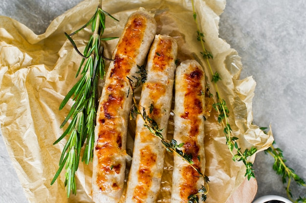 Saucisses frites sur une planche à découper en bois