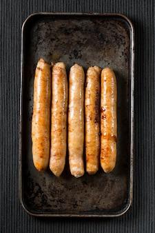 Saucisses frites à plat sur le plateau