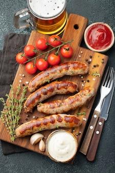 Saucisses frites avec des sauces et des herbes.