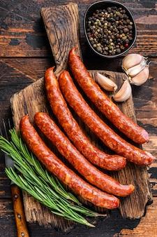 Saucisses fumées à chaud avec ajout d'herbes aromatiques fraîches et d'épices